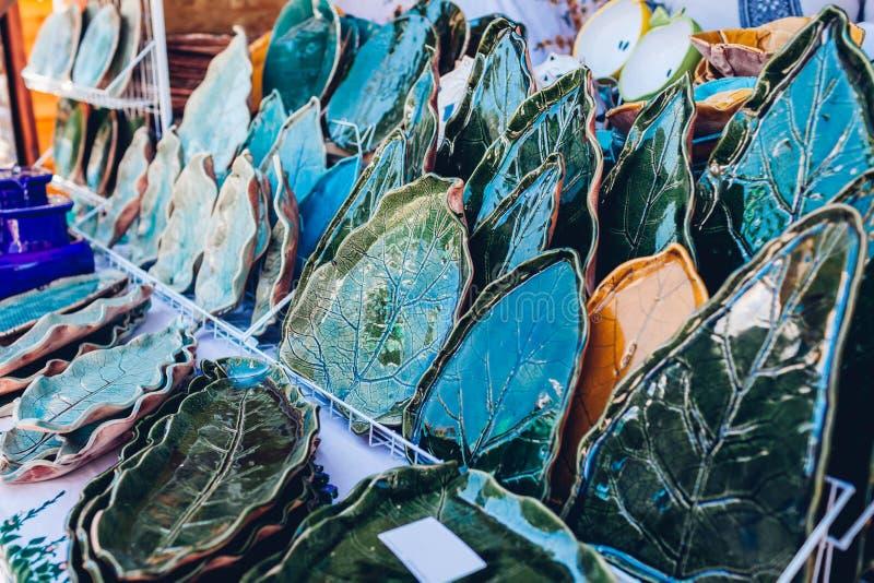与陶瓷板材的纪念品店 与手工制造产品的陈列室 与花饰的盘 免版税库存照片