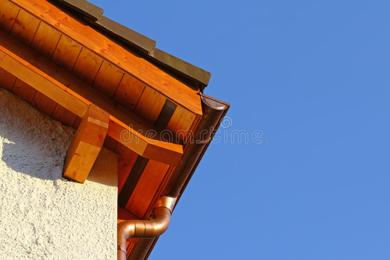 与陶瓷砖和铜水天沟的新的屋顶上面细节 库存图片