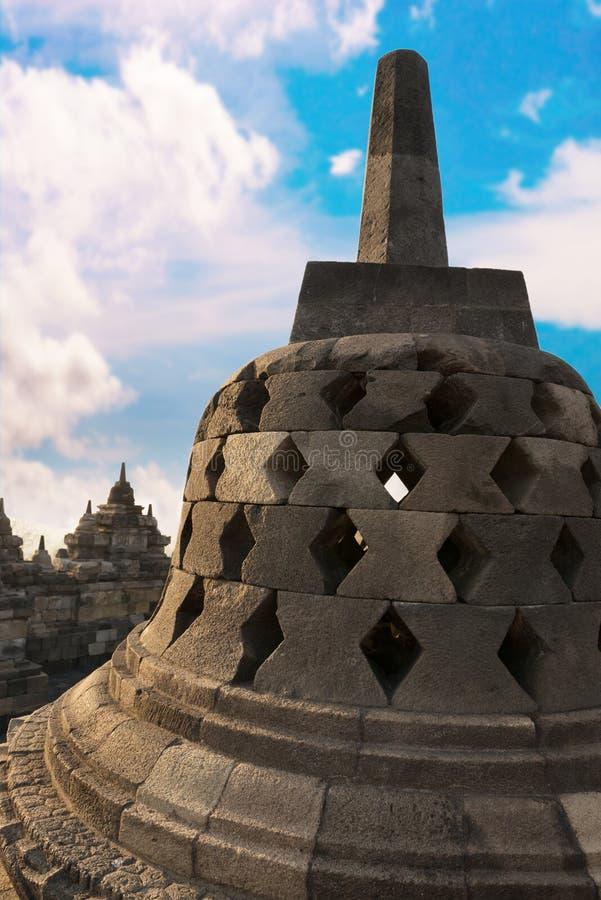 与隐藏的菩萨雕象BorobudurTemple的Stupa。 印度尼西亚。 库存照片