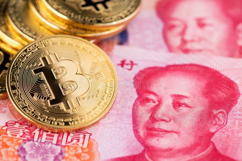与隐藏bitcoin和中国元的背景 与中国钞票的Bitcoin 免版税库存图片