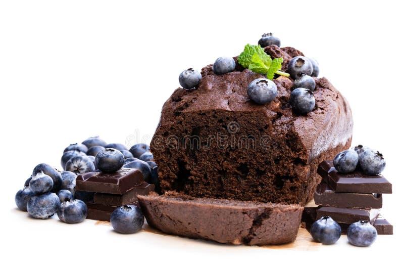 与隔绝的自创巧克力大面包蛋糕在白色 免版税库存照片