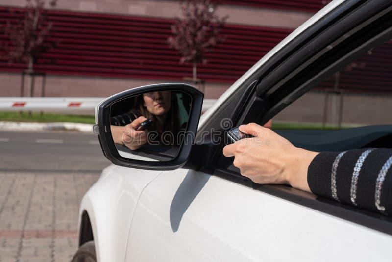 与障碍的自动化系统的故障,有盘区的女性手打开从汽车的门 免版税库存图片
