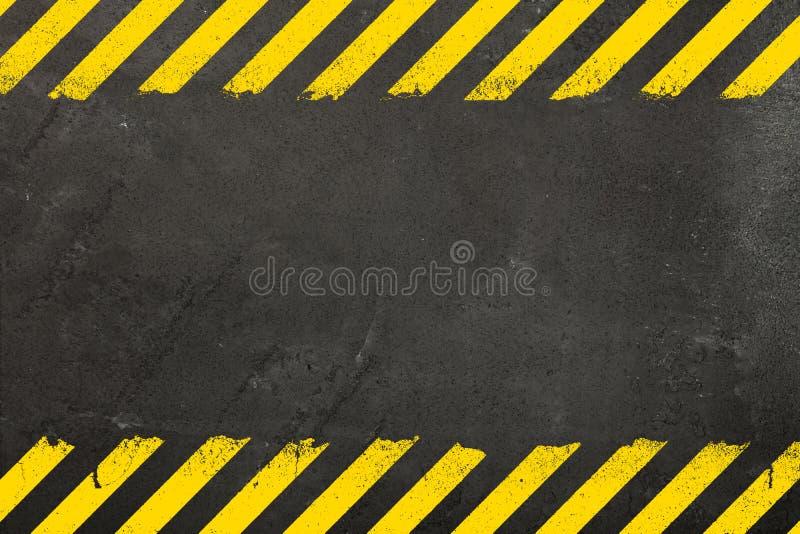 与难看的东西道路危险标志的具体背景 免版税库存照片