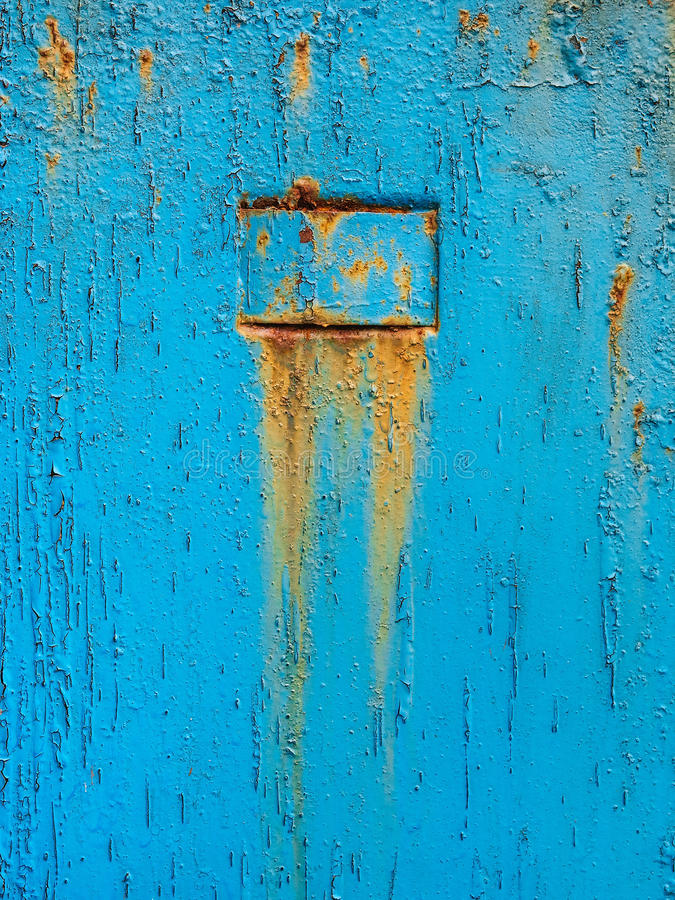 与难看的东西镇压的抽象蓝色纹理 金属表面上的破裂的油漆 与概略的油漆转折的明亮的都市背景 库存图片