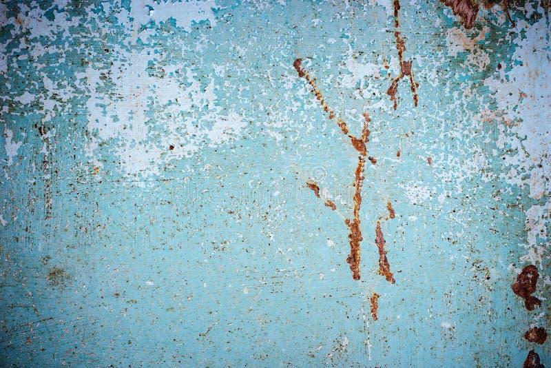 与难看的东西镇压的抽象蓝色褐色纹理 金属表面上的破裂的油漆 与概略的油漆转折的都市背景 T 免版税库存图片