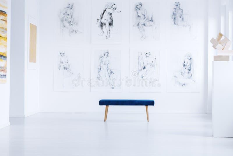与雕塑的明亮的美术画廊 图库摄影
