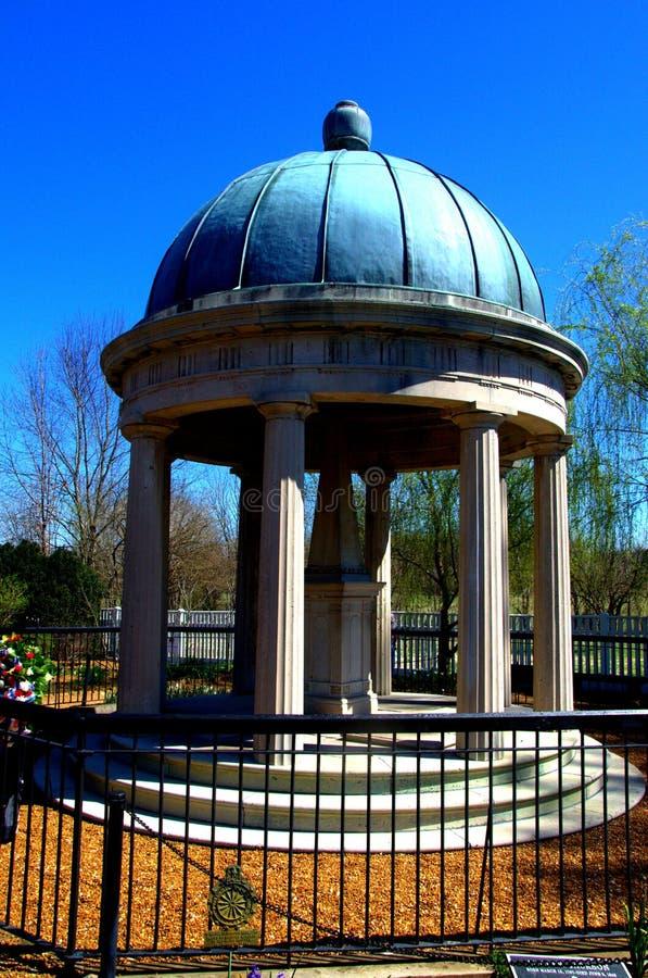 与雕象的眺望台在公园 库存照片