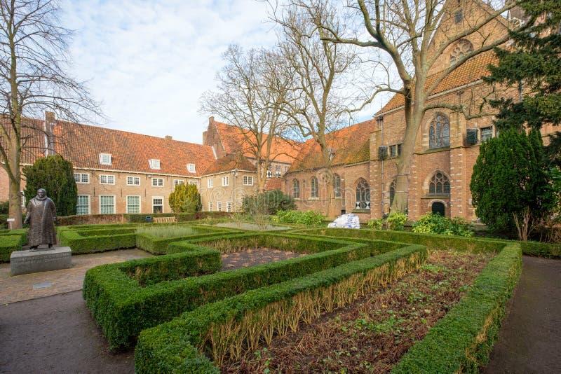 与雕象的Agathaplein在Prinsenhof旁边在德尔福特,荷兰 免版税图库摄影