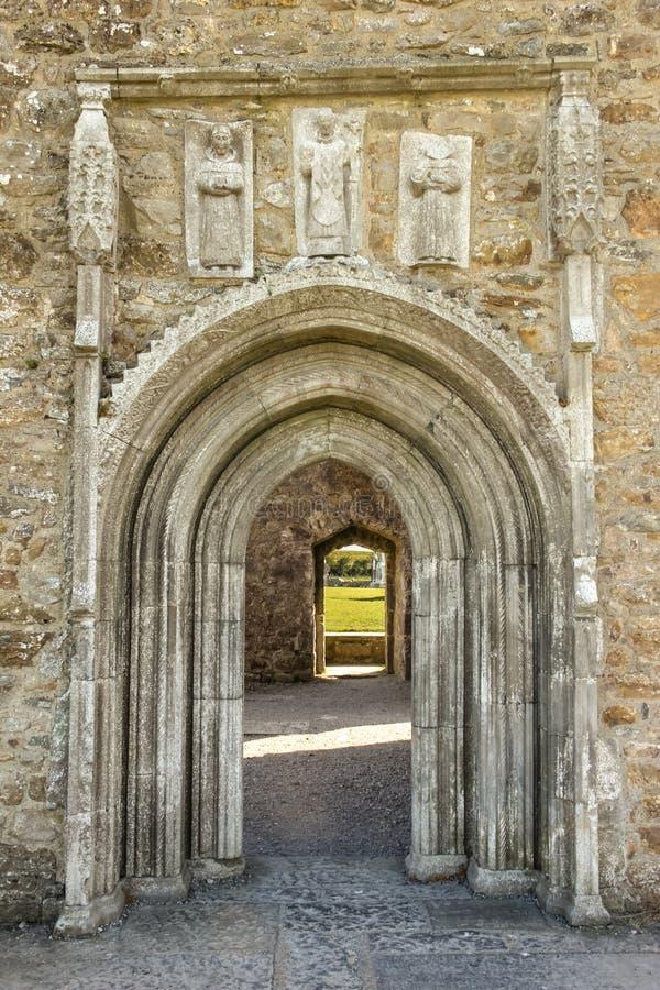 与雕刻的大教堂门道入口。Clonmacnoise。爱尔兰 免版税图库摄影