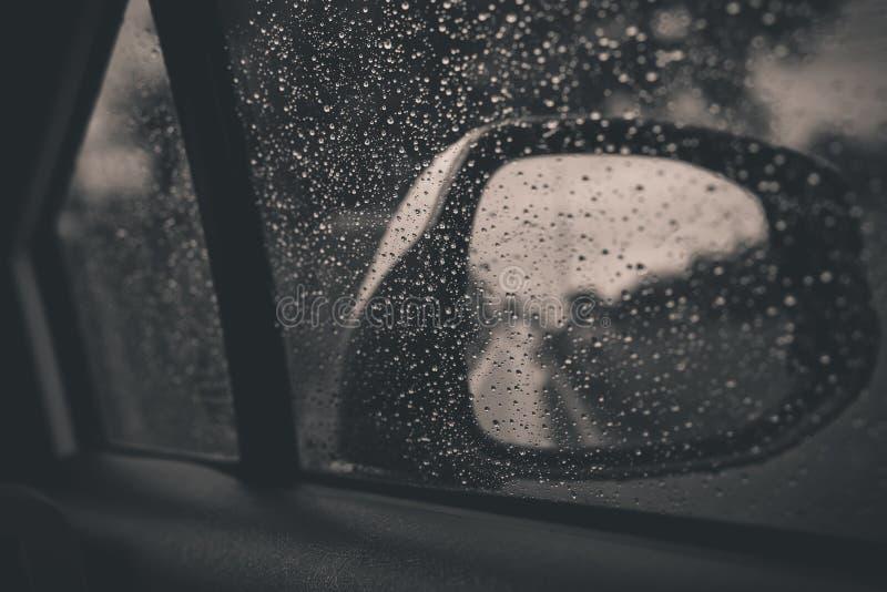 与雨的车窗在玻璃或挡风玻璃滴下 免版税库存图片