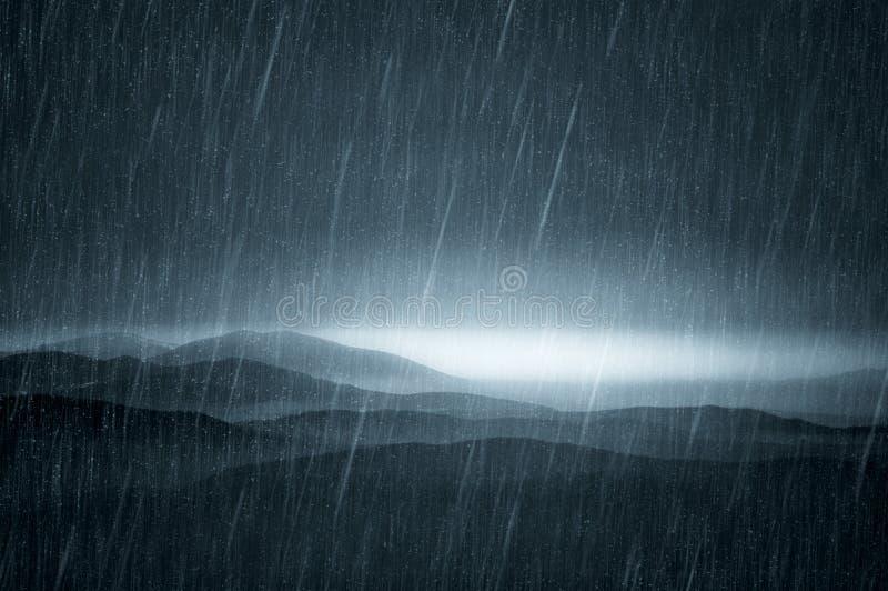 与雨的黑暗的风景 免版税库存照片