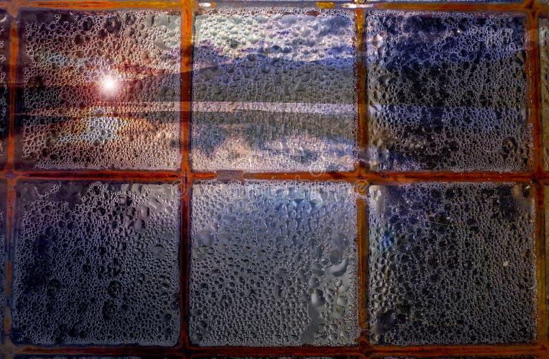 与雨的阴沉的日落 免版税库存照片
