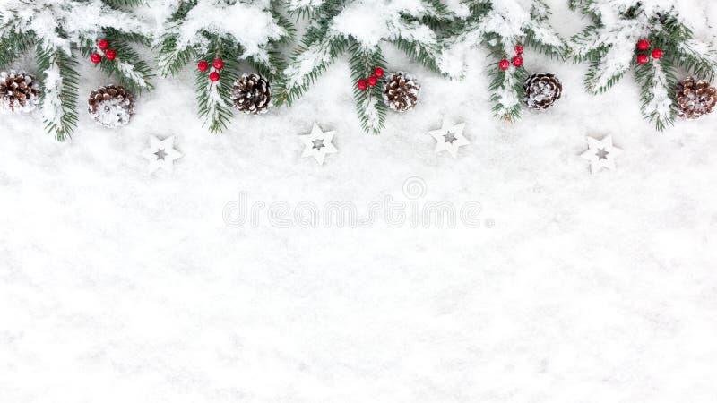 与雪、星、杉木锥体和杉树T的圣诞节背景 库存图片