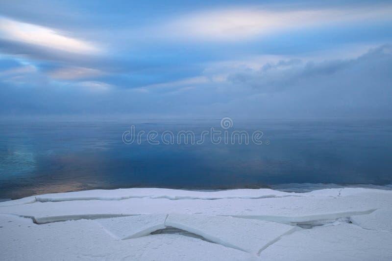 与雪、水和beautifu计算的块的冬天风景  库存图片