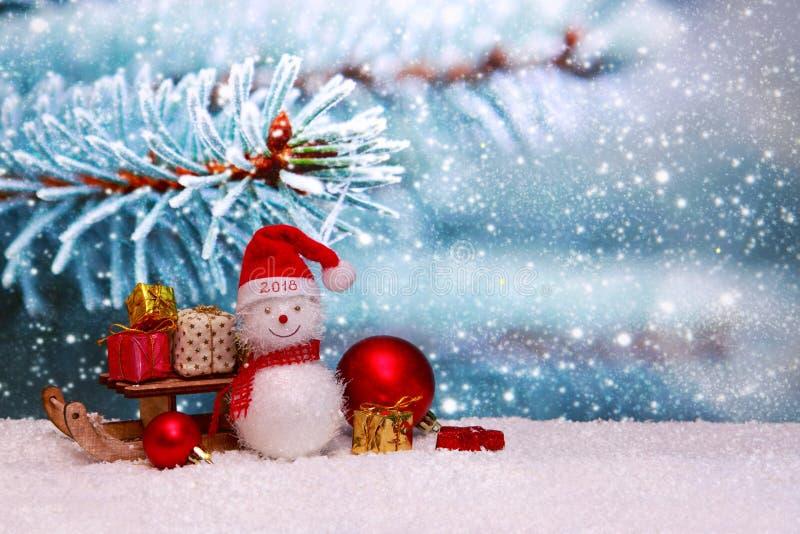 与雪人和圣诞节礼物的愉快的新的2018年背景 免版税图库摄影
