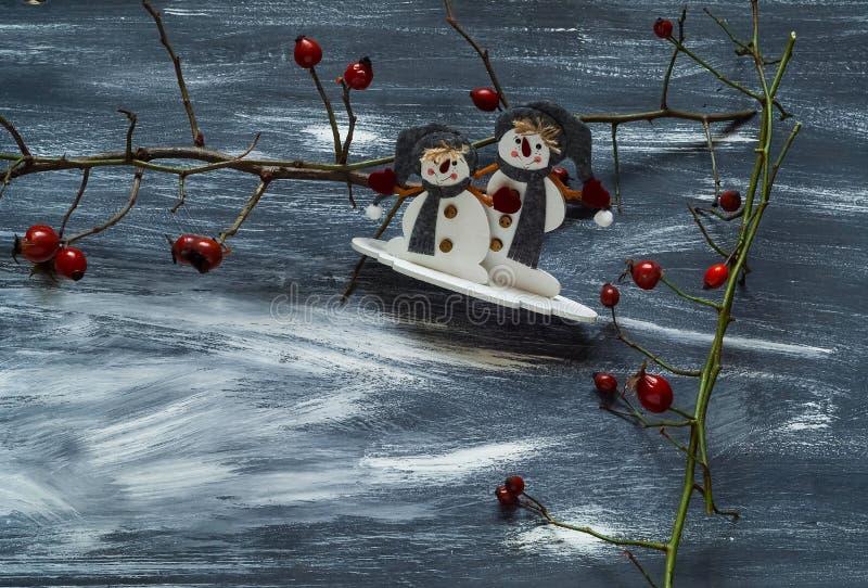 与雪人和狗的冬天背景在蓝色和白色背景,自然光,顶视图上升了 免版税库存图片