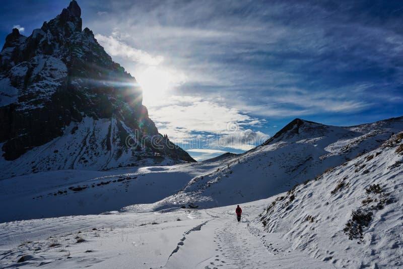 与雪全景风景的由后面照的山冬天 免版税库存图片