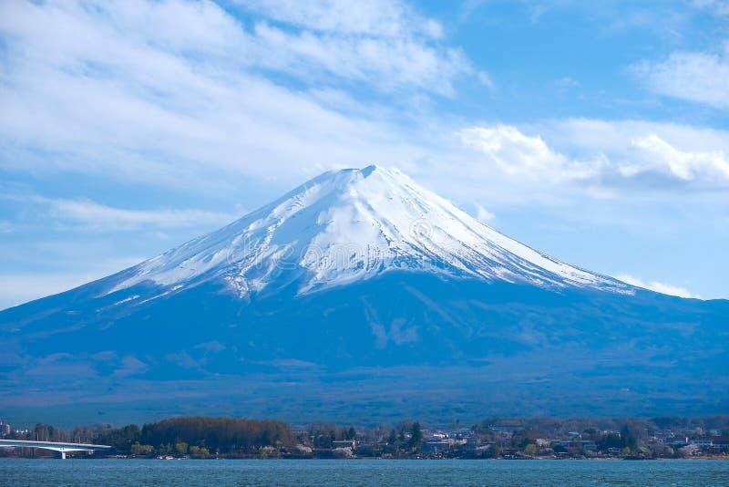 与雪加盖和天空的美丽的富士山在湖kawaguchiko,日本 地标和普遍旅游景点的 免版税库存图片