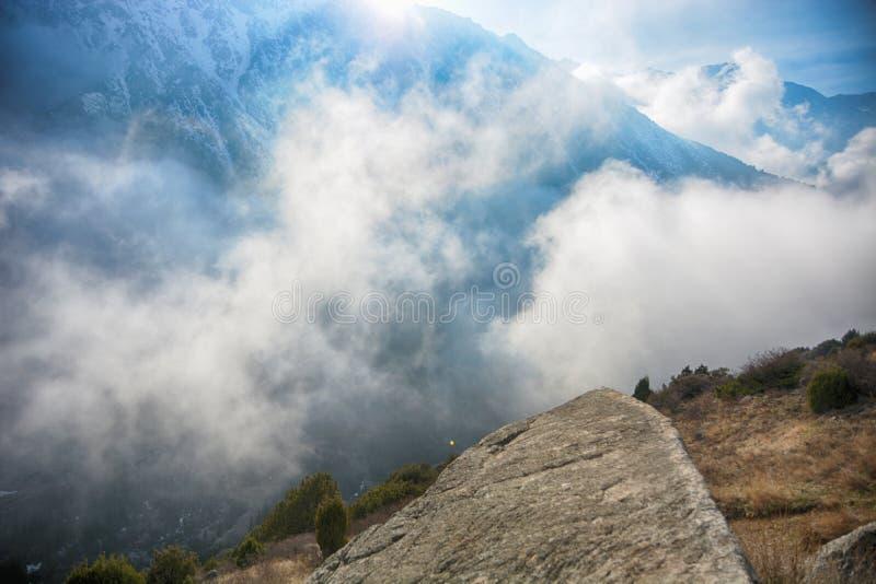 与雪和云彩盖的山的高山风景 库存图片