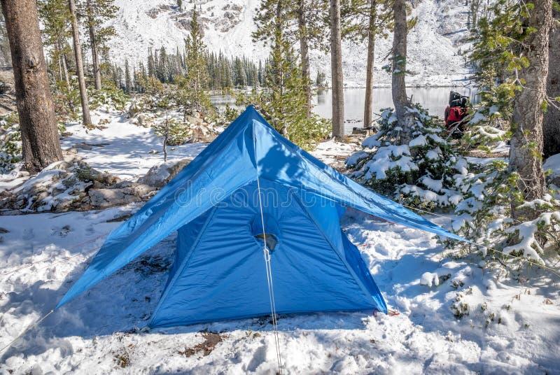 与雪和帐篷的冬天阵营 库存照片