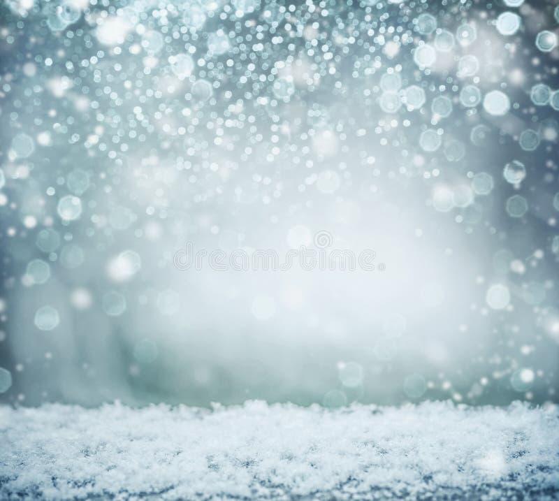 与雪和bokeh的美妙的冬天背景 男孩节假日位置雪冬天 库存照片