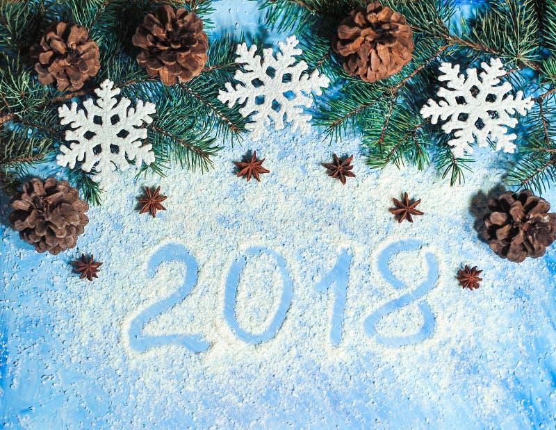 与雪和pinecone的圣诞节背景 库存图片