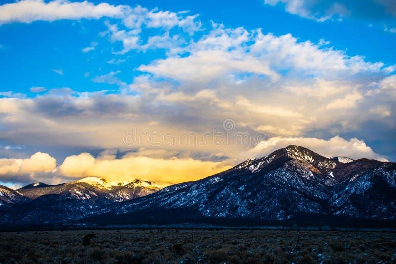 与雪日落的新墨西哥Sangre De克里斯多Taos山 免版税库存图片