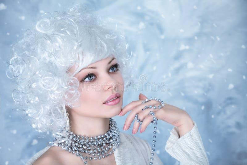 与雪构成的时装模特儿 免版税图库摄影