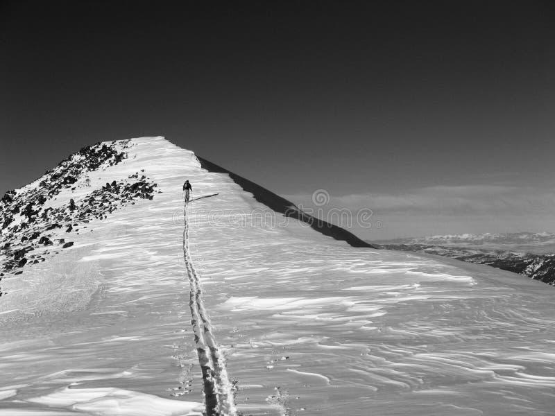 与雪檐口和滑雪者的山 免版税库存图片