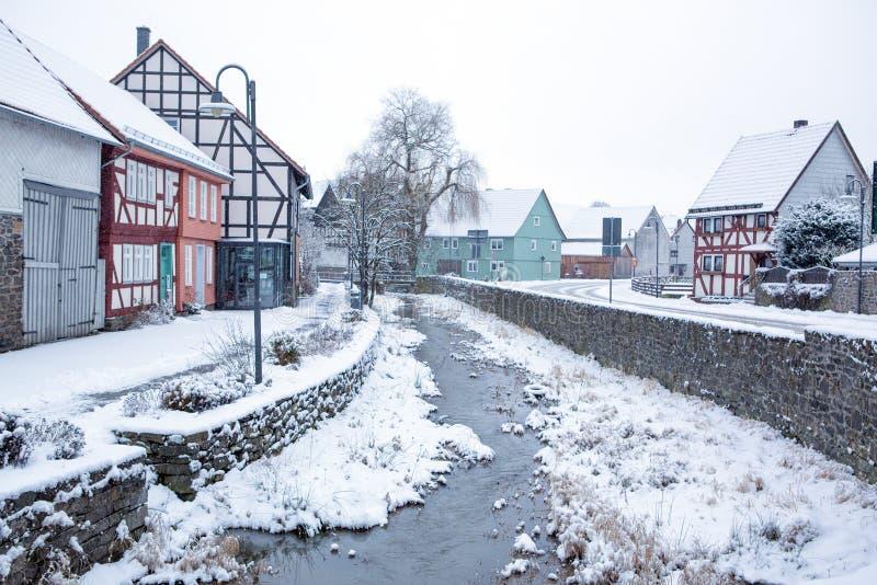 与雪的冬天风景在小德国村庄。 免版税库存图片