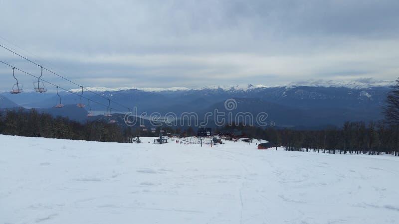 与雪的山在一阴天 免版税库存照片