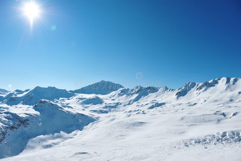 与雪的山在冬天 库存照片