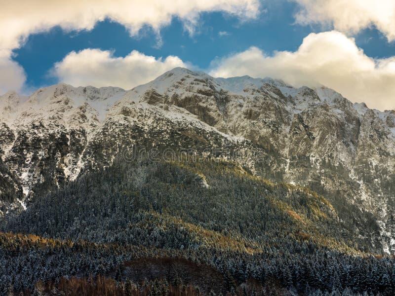 与雪的山在日落 免版税库存图片