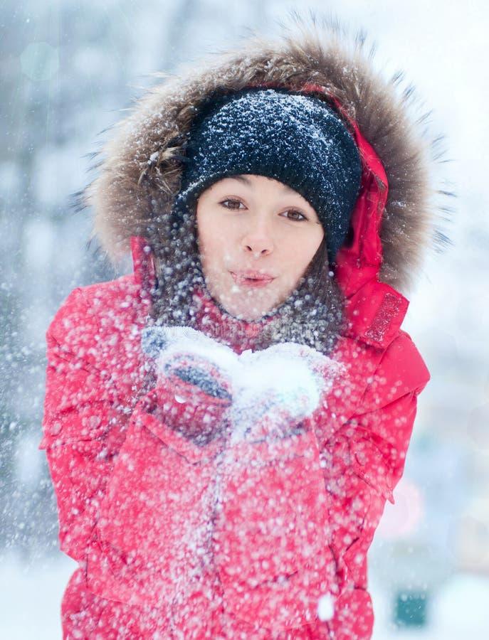 与雪的愉快的少妇作用 免版税图库摄影