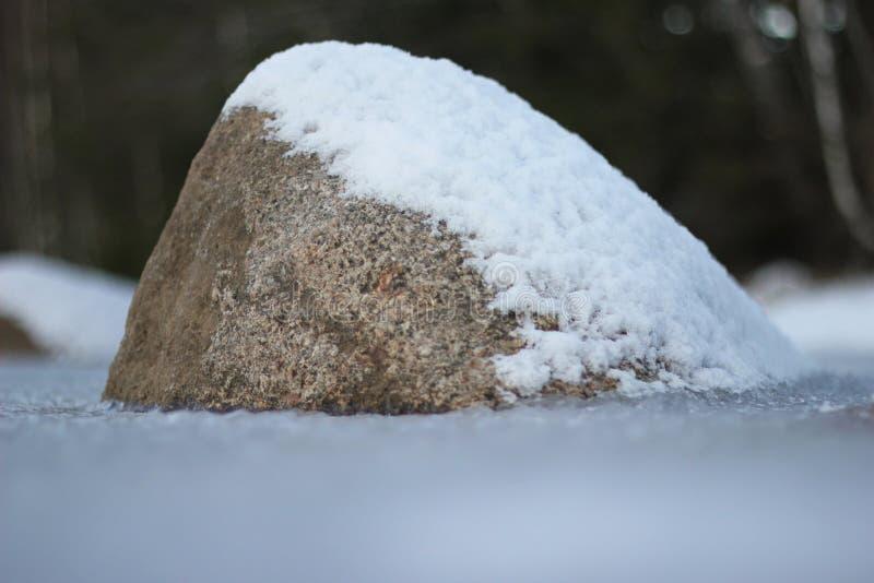 与雪的石头 免版税库存照片