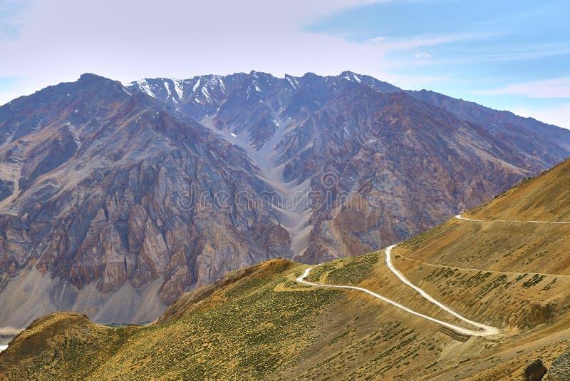 与雪的美好的风景用Manali Leh高速公路加盖了喜马拉雅山山在印度 库存照片
