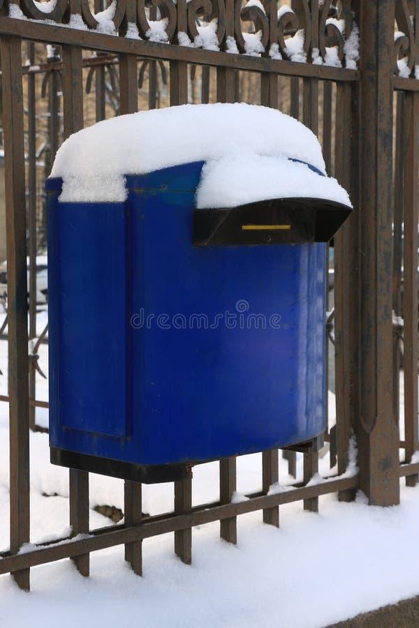 与雪的蓝色邮箱 免版税库存图片