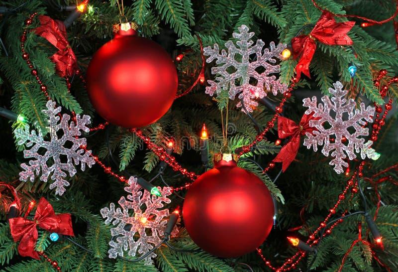 与雪花和红色球的圣诞树 库存照片