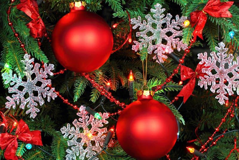 与雪花和红色球的圣诞树 免版税库存图片