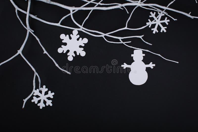 与雪花装饰的圣诞快乐卡片在纸切口 库存图片