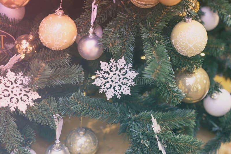 与雪花,五颜六色的球,诗歌选,装饰的欢乐圣诞树 选择聚焦 抽象背景为 库存照片