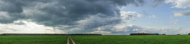 与雷云的剧烈的乡下风景在麦田的天空 ?? 库存照片