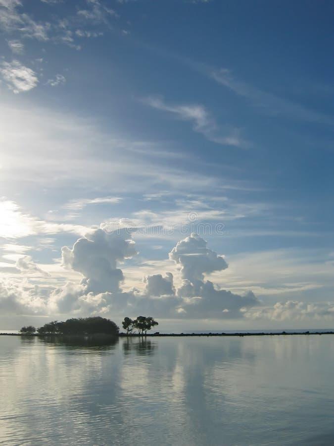 与雷云的泰国海滩在距离 免版税图库摄影