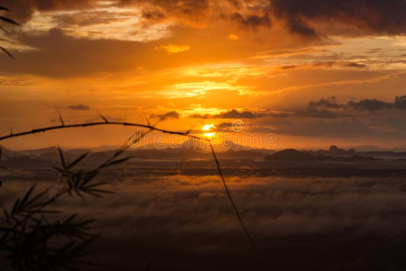 与雾和自然发光的轻的早晨日出,从山景 免版税图库摄影