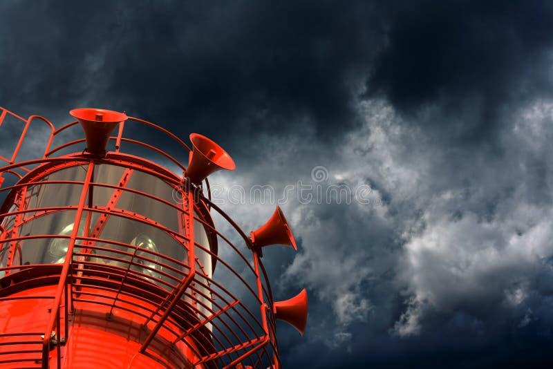 与雾垫铁的红色灯塔船 库存照片