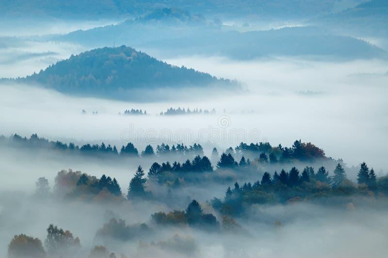 与雾的多小山风景 免版税库存照片
