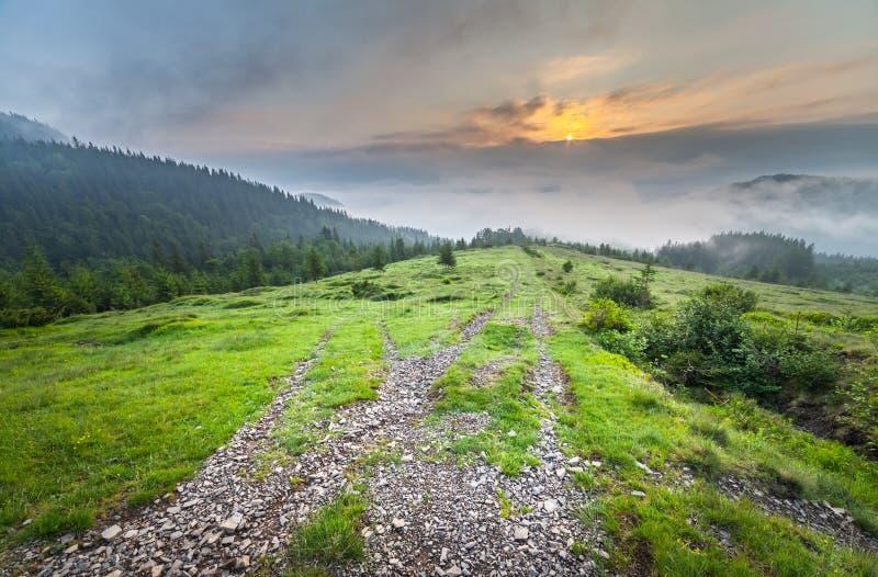 与雾的惊人的山风景 库存图片
