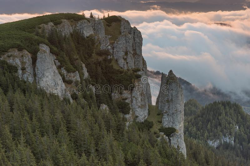 与雾的美好的山景在日出的峰顶 图库摄影