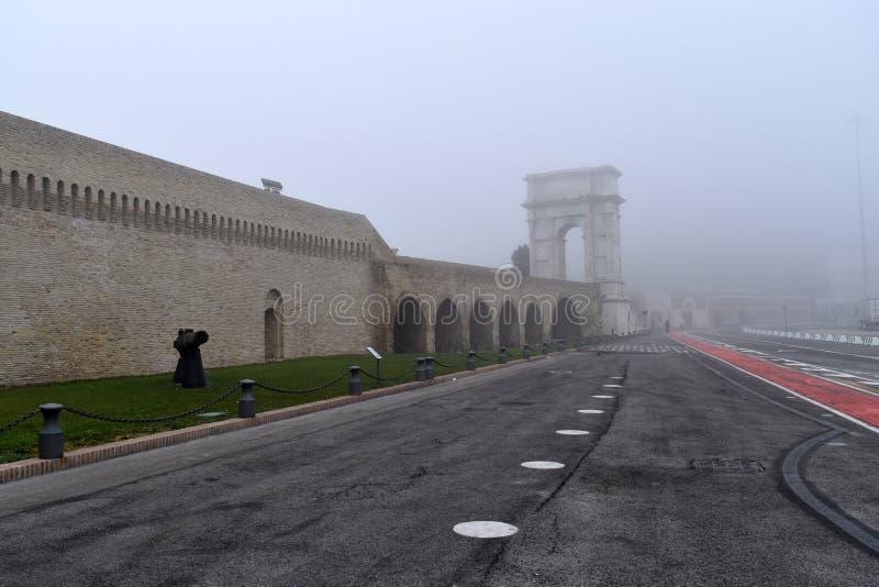 与雾,安科纳,马尔什,意大利的Arco Traiano 库存照片