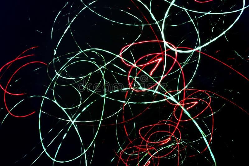 与霓虹混乱螺旋线的抽象黑背景 皇族释放例证